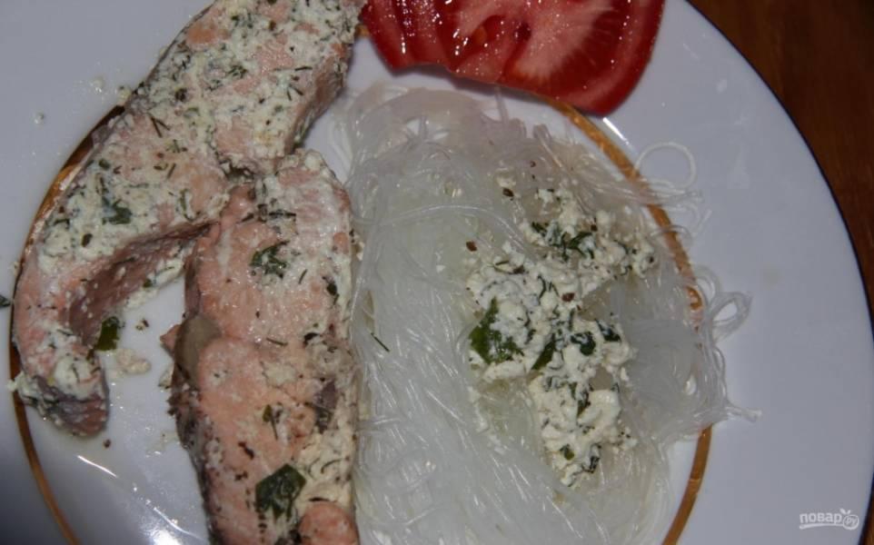 10.Подаю красную рыбу под сливочным соусом с гарниром из стеклянной лапши и свежими овощами.