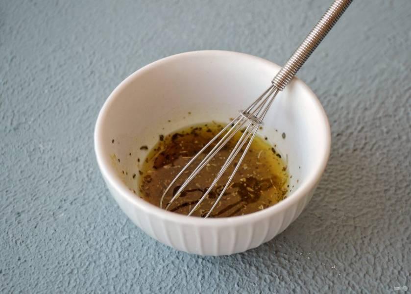 Смешайте соль, специи и оливковое масло вместе.