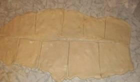 Нарезаем тесто квадратиками.