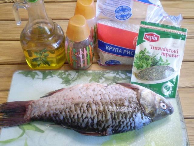 1. Подготовим рыбу к жарке. Снимите чешую, вспорите живот, уберите внутренности и жабры. Тщательно вымойте под проточной водой.