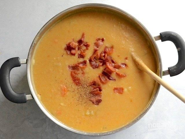 9.Верните кастрюлю на огонь, добавьте томатный соус, соль, перец и половину обжаренного бекона. Доведите суп до кипения и выключайте огонь.