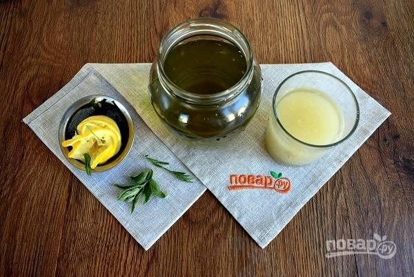 Сахар растворите в лимонном соке. Процедите мятно-тархунный настой, добавьте лимонный сироп, прикройте крышкой и оставьте настаиваться в течение 5-7 дней в темном месте при комнатной температуре.