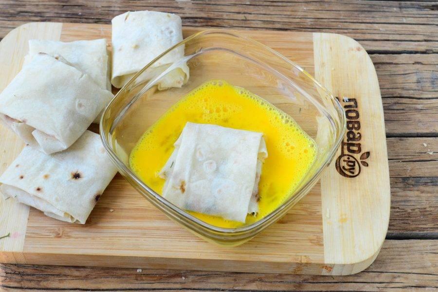 В глубокой миске взбейте яйца со щепоткой соли. Обмакните каждый конвертик в яйцо и отправьте в сковороду с разогретым растительным маслом.