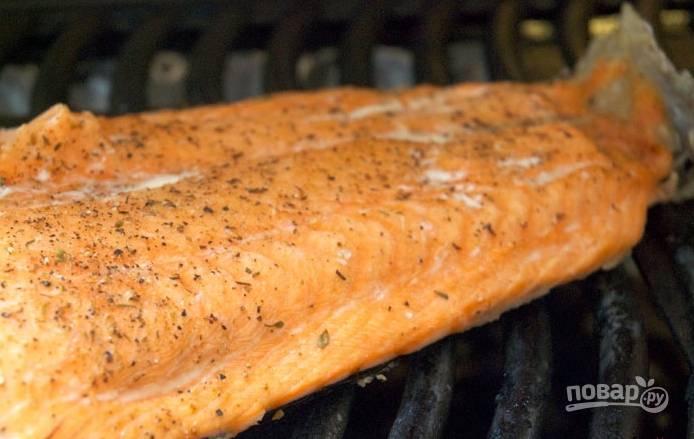 Филе лосося посолите и поперчите, обжарьте на гриле по 5-6 минут на каждой стороне. Подрумяньте на гриле хлеб.