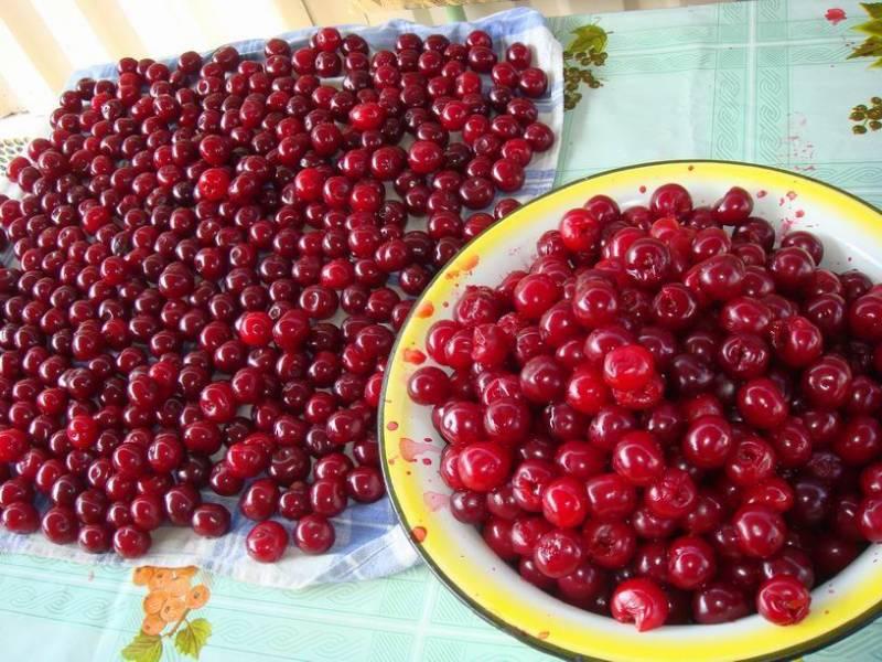 Вишню хорошенько промываем и просушиваем. Освобождаем ягоды от плодоножек.