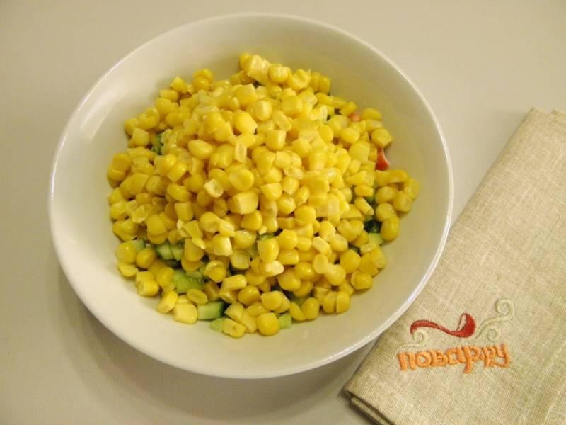 4. Добавьте в салат кукурузу, предварительно отцедив ее от жидкости.