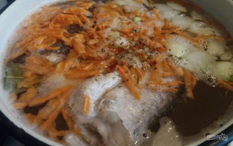 3. Когда рыба закипит, кроме специй, добавьте нашинкованные лук и морковь. Обратите внимание, что рыбный суп готовится преимущественно со свежими овощами (без поджарки). Рыба получается очень ароматной, когда варится вместе с овощами и специями. Готова она будет спустя 25 минут после закипания.