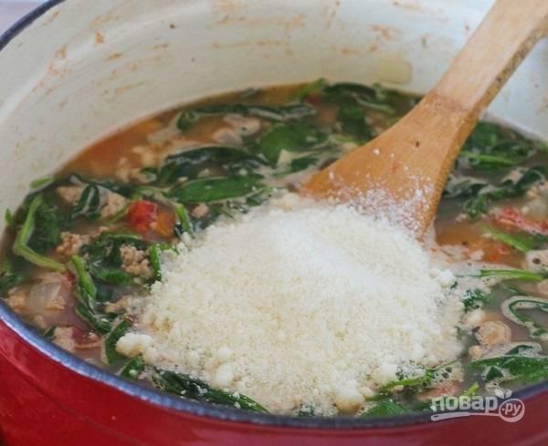 8.Натрите на мелкой терке пармезан, добавьте его в кастрюлю, по вкусу посолите и поперчите.