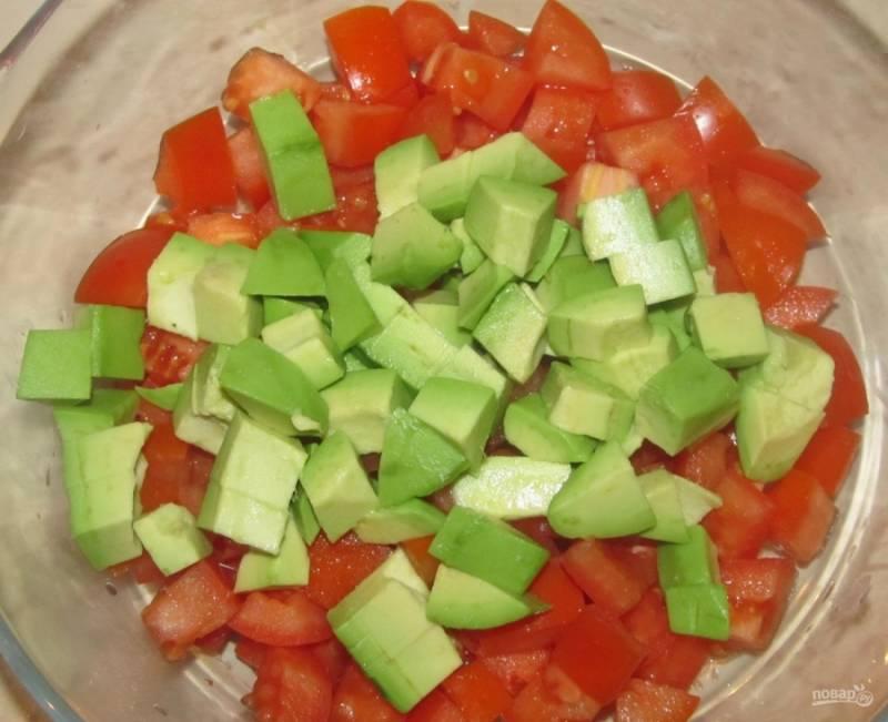 4.Нарезаю авокадо примерно такого же размера кусочками, как и помидоры, добавляю в салатник.