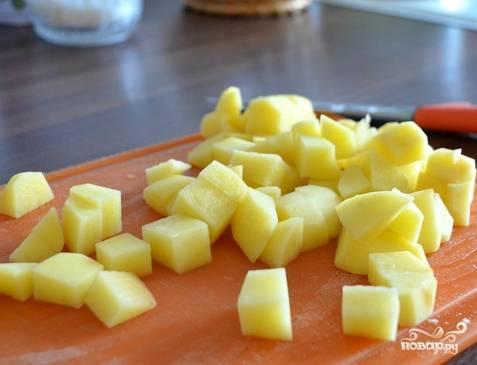 Подготовим овощи. Картошку и лук почистим от кожуры и нарежем, как вы обычно это делаете для супа. Наливаем в кастрюлю молоко напополам с водой, нагреваем. Когда пойдет пар, можно добавлять картошку.