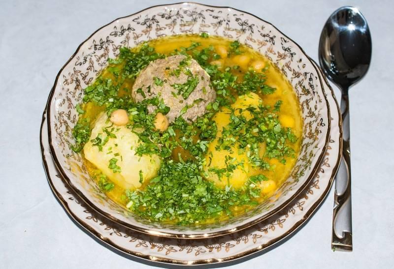 Готовый суп подают так: в миску кладут тефтелю, целый картофель, алычу, нут, заливаем бульоном. Можно украсить свежей зеленью и подавать к столу. Приятного аппетита!
