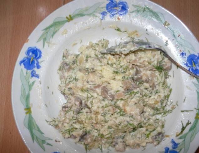 Затем смешайте их с тертым сыром, измельченными укропом и чесноком, майонезом.