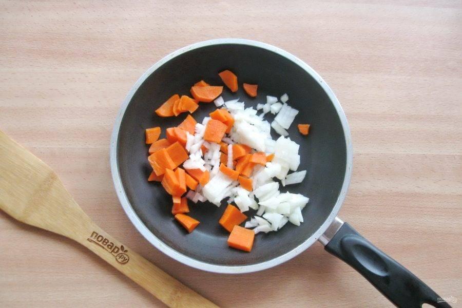 Морковь и лук очистите, помойте и мелко нарежьте. Выложите в сковороду.