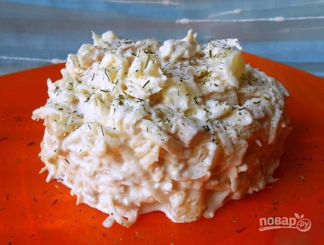 Выложите получившийся салатик на тарелки при помощи кулинарного кольца. Подавайте его к столу!