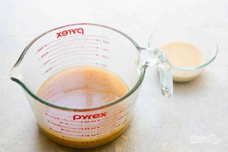 2.Смешайте апельсиновый сок, бульон, уксус, соевый соус, сахар. В небольшой миске соедините ¼ часть приготовленной смеси с крахмалом.