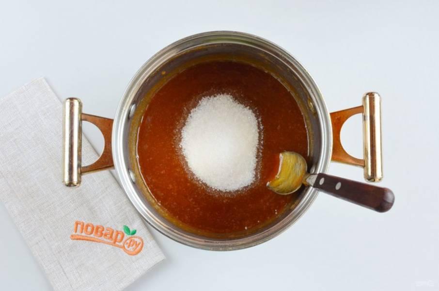 Добавьте оставшиеся 150 грамм сахара и уварите калину до состояния густого повидла, примерно 45 минут.