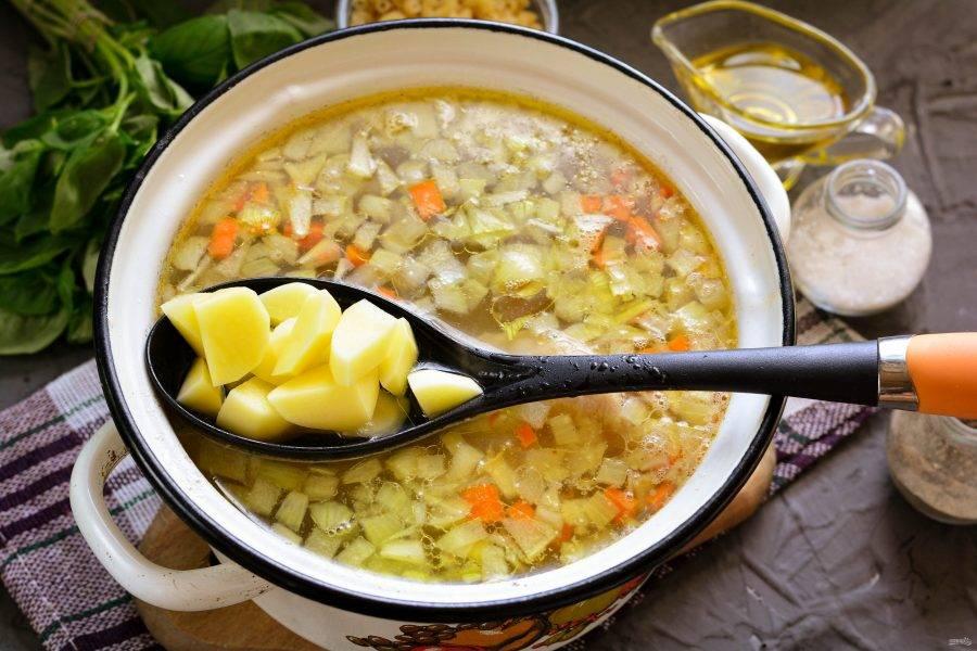 Следом добавьте картофель и варите суп еще 10 минут.