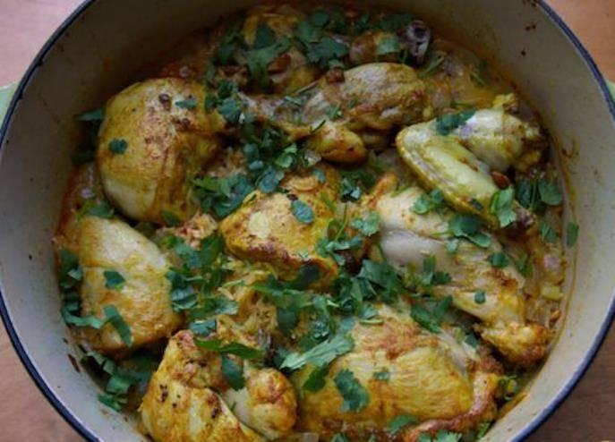 Вынув из духовки, посыпьте курицу зеленью кинзы.