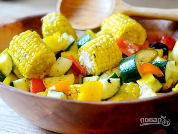 Овощи перемешайте с кукурузой в салатнице. Добавьте остатки заправки. Приятного аппетита!