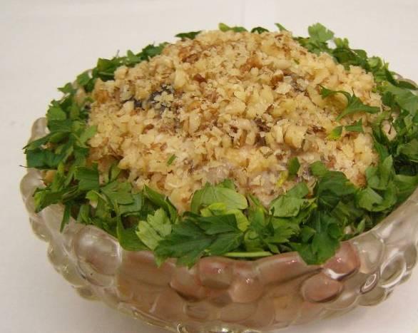 4. Заправим майонезом, специи - по вкусу. Орехи перетираем в крошку, посыпаем салат сверху. Украшаем зеленью и подаем!