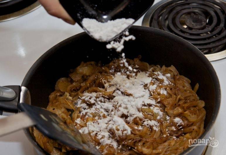 2. Когда лук пропассируется в течение 10 минут, добавьте щепотку сахара, чтобы лук стал коричневым. Продолжайте карамелизировать лук в течение 30 минут. После добавьте пюре чеснока, муку и обжарьте все вместе 5 минут.