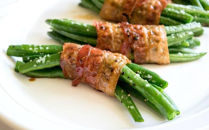 4. После этого смажьте фасоль с беконом соусом и отправьте продукты запекаться ещё на 3 минуты. Всё готово! Приятного аппетита!