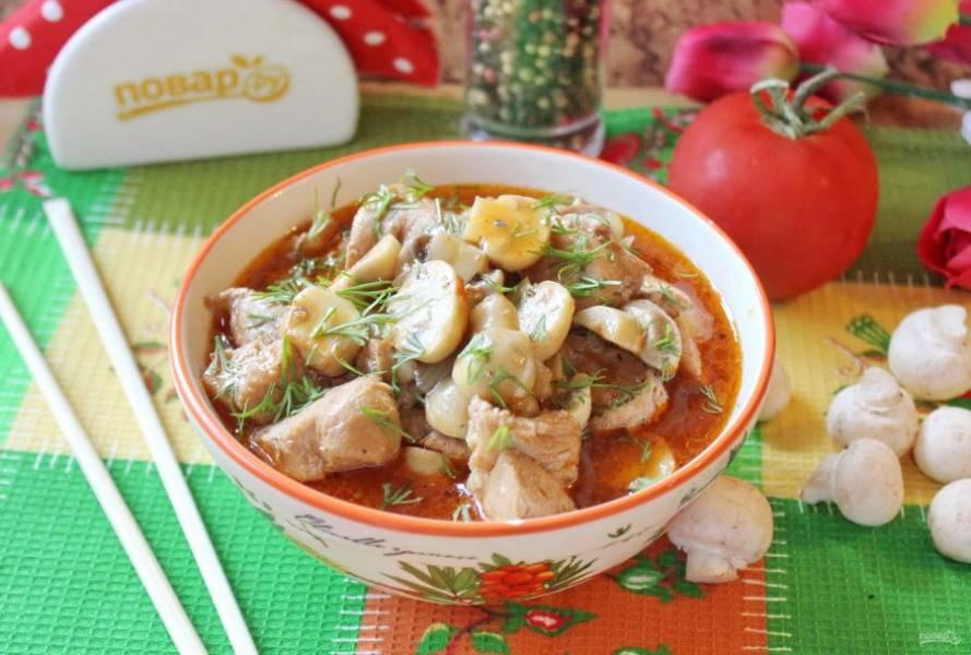Свинина с грибами по-китайски готова. Подавайте с любым гарниром.