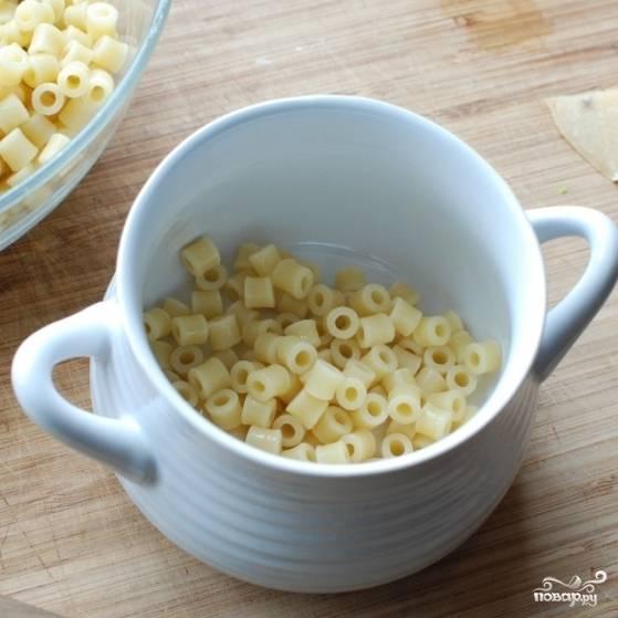 Готовый суп снимаем с огня. В порционную тарелку кладем немного готовых макарон.
