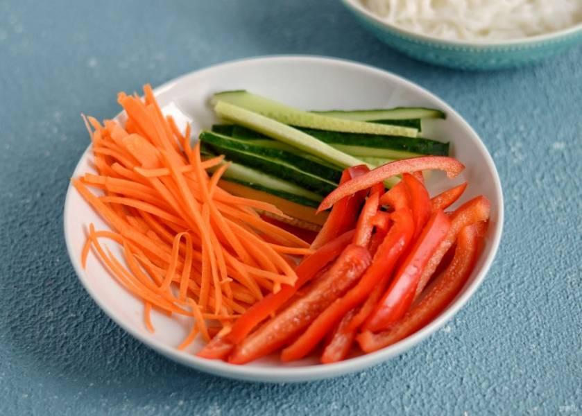 Огурец, болгарский перец и морковь нарежьте соломкой.