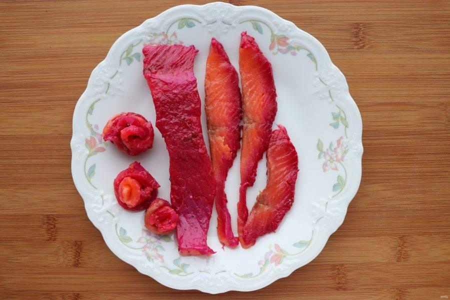 Замаринованную рыбу очистите от маринада и нарежьте тонкими полосками. Сверните нарезанную рыбу в форме роз.