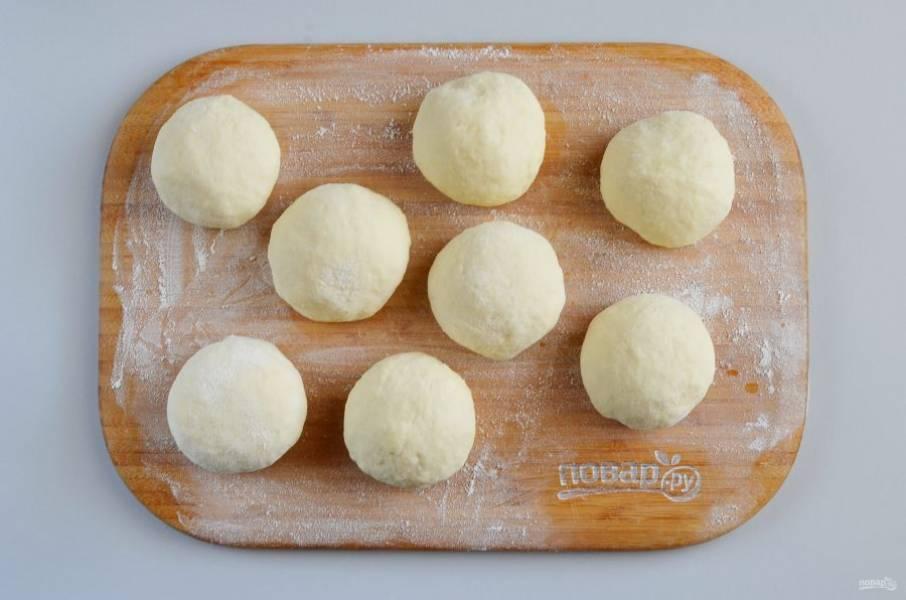 Разделите тесто на части, в зависимости от желаемого размера пирожков у вас получится 8-12 кусочков. Я решила сделать большие пирожки, разделила на 8 частей.