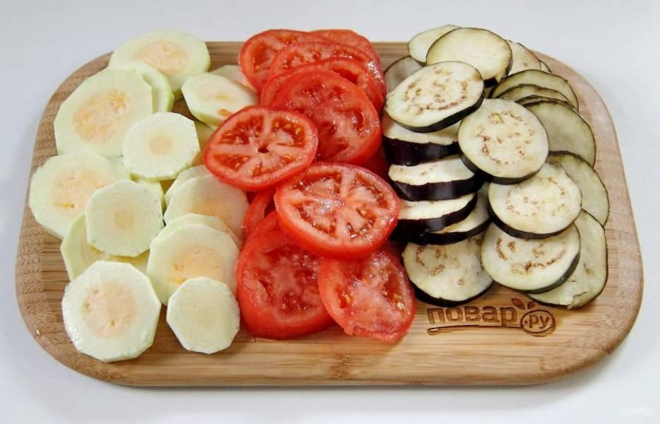 Оставшиеся овощи нарежьте тонкими кружочками и посолите.