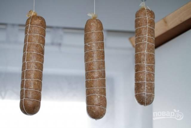 Оставьте колбасу на сутки в подвешенном состоянии при комнатной температуре.
