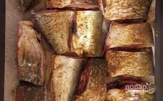 4. Соедините оливковое масло со специями и соком лимона. Выложите рыбку и тщательно перемешайте. Переложите карасей на противень, застеленный пергаментом.