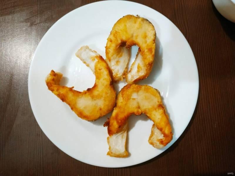 Обжарьте рыбку на  растительном масле до золотистого цвета, буквально по 1 минутке. Сковорода должна быть очень хорошо разогретой.