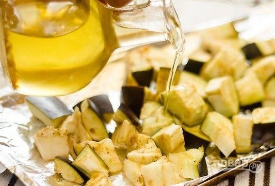 Баклажаны промойте, обсушите и порежьте кубиком. Сложите на противень, полейте растительным маслом, посолите и посыпьте корицей и тмином. Отправьте в духовку на 35 минут при температуре 160 градусов.