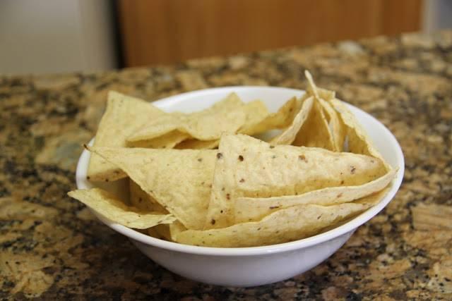 Берем мексиканские чипсы. Их можно найти в любом большом супермаркете.