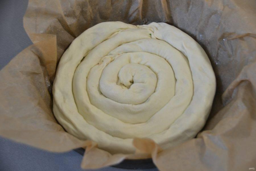Уложите пирог полностью, все швы должны быть внизу.
