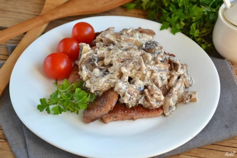 Мясо под грибным соусом готово. Свининку выложите на тарелку, сверху положите грибной соус. Подавайте к столу как отдельное блюдо с овощными пюре или кашей.