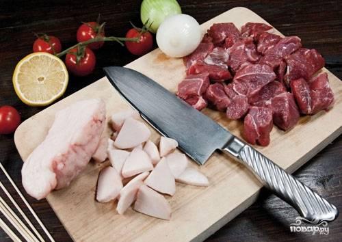 Мясо следует хорошо помыть, просушить и очистить от всевозможных пленочек, жил и сухожилий. Нарезаем кусочки мяса одного небольшого размера. Сало нарезаем мелко. Сала по количеству кусочков должно быть примерно столько же, сколько и мяса.
