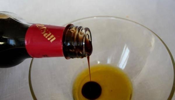 Готовим соус, смешиваем бальзамический уксус и оливковое масло.