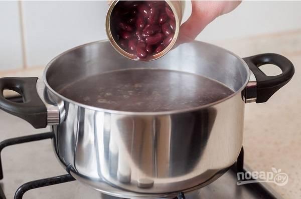 6. Посолите, поперчите, добавьте специи и варите на среднем огне минут 15. После выложите фасоль и томите еще буквально минут 5. Приятного аппетита!
