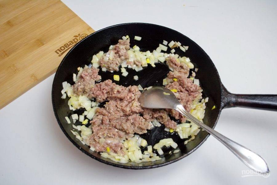 Добавьте к луку сырой говяжий фарш. Перемешивая, доведите фарш до готовности.