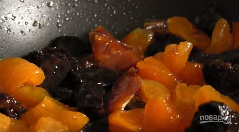 7. На эту же сковороду отправьте сухофрукты в ликере. Прогревайте, пока не испарится алкоголь. Когда они остынут - отправьте их в тесто и аккуратно перемешайте.