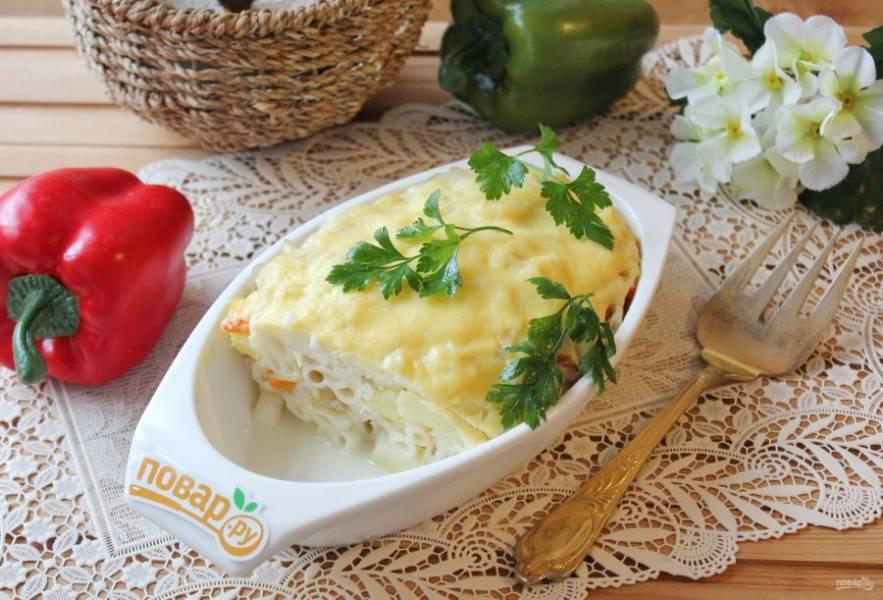 Запеканка из картофеля и макарон готова. Подавайте в горячем виде.