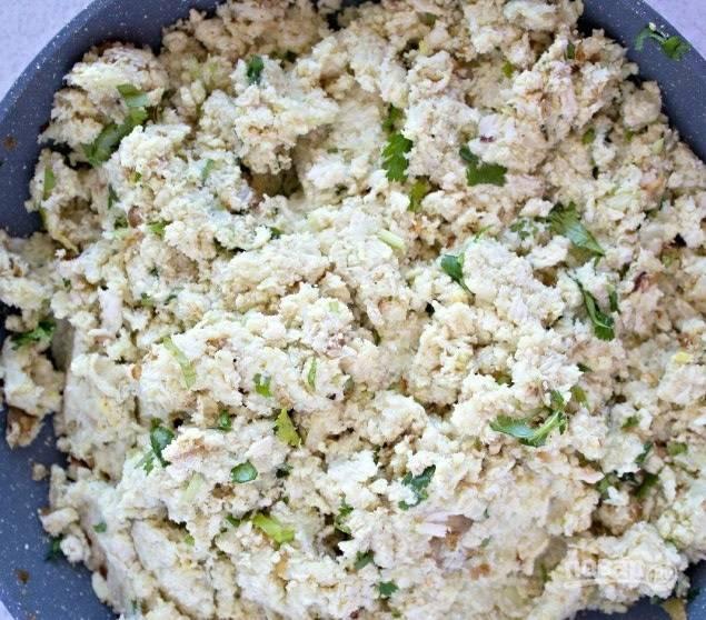 3.Смешайте картофельное пюре и куриный фарш, добавьте измельченные листья кориандра, оставшуюся куркуму и чеснок, по вкусу посолите и поперчите, перемешайте.