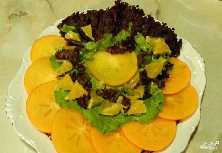 6.Перемешиваем салат с фруктами, распределяем их по тарелке.