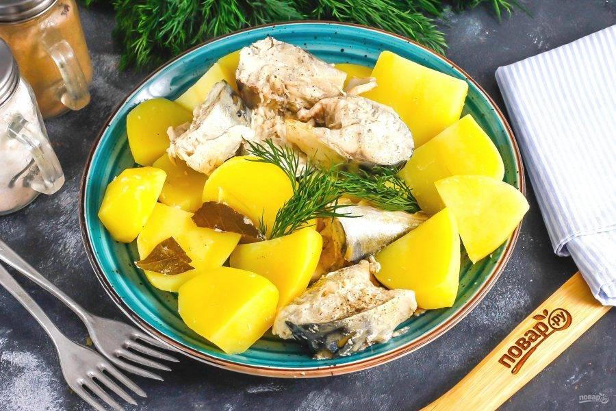 Выложите приготовленное блюдо на тарелку и подайте к столу горячим, можно дополнить его сметаной или другими соусами.