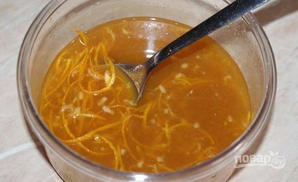 Сделайте соус. Перемешайте сок с цедрой, имбирём, мукой и соевым соусом.