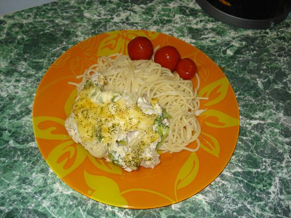8. Пока готовится наша курица с брокколи и цветной капустой, можно отварить гарнир. Я решила сделать спагетти, которые отлично сочетаются с запеканкой. Помидоры черри - не только послужат украшением, но и отличным дополнением к блюду.